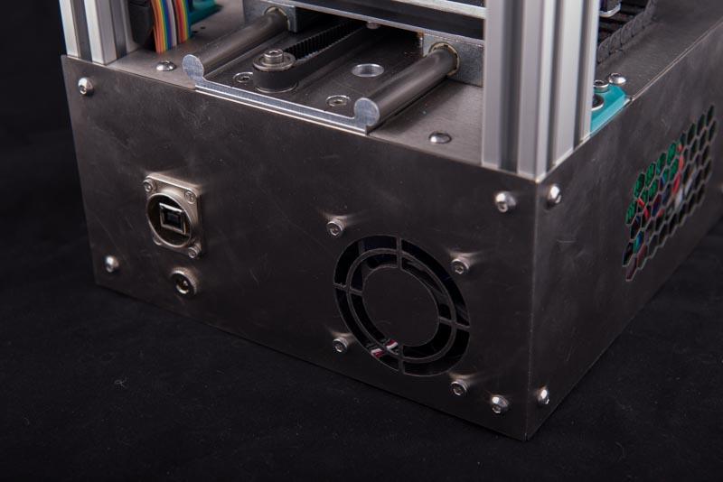 Tiny 3D Drucker Bausatz detailliert Ansicht der Rückblende mit Lüfter und Anschlüssen